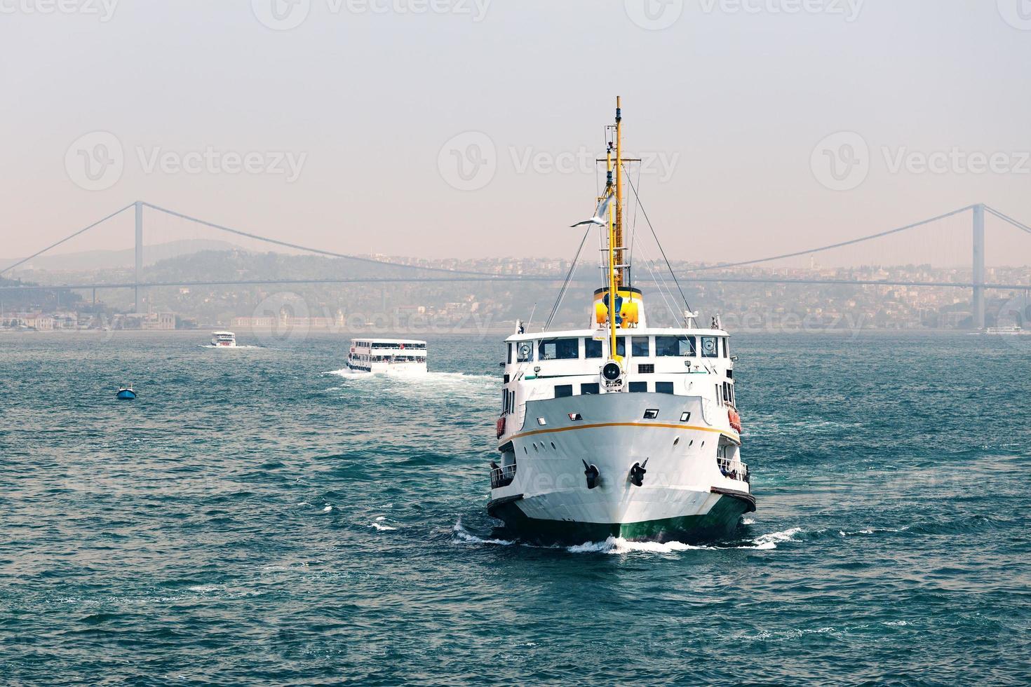Passagierschiffe in der Meerenge des Bosporus foto