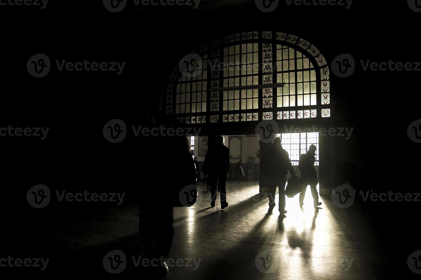 Menschen im dunklen Terminal foto