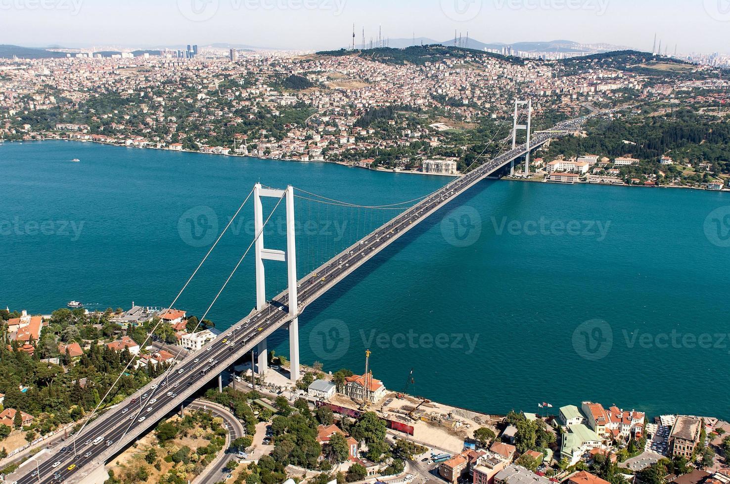 Blick auf die Bosporusbrücke und die Meerenge unten foto