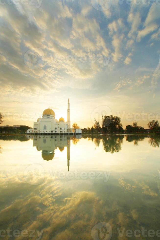 der Sonnenaufgang der As-Salam-Moschee foto