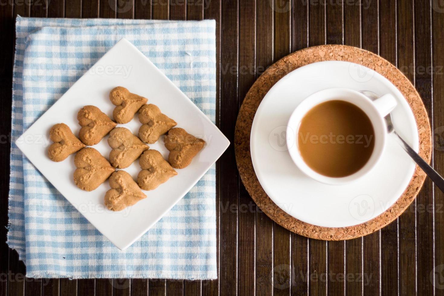 Kaffeekekse zusammen mit einer Tasse Kaffee foto