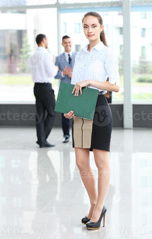 schöne Frau auf dem Hintergrund der Geschäftsleute foto