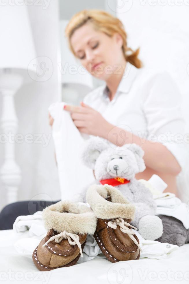 Nahaufnahme von Spielzeug- und Babyschuhen foto