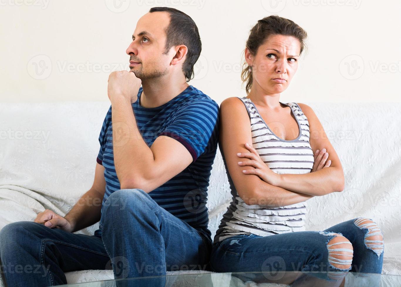 Familienpaar schreit beim Streiten drinnen foto
