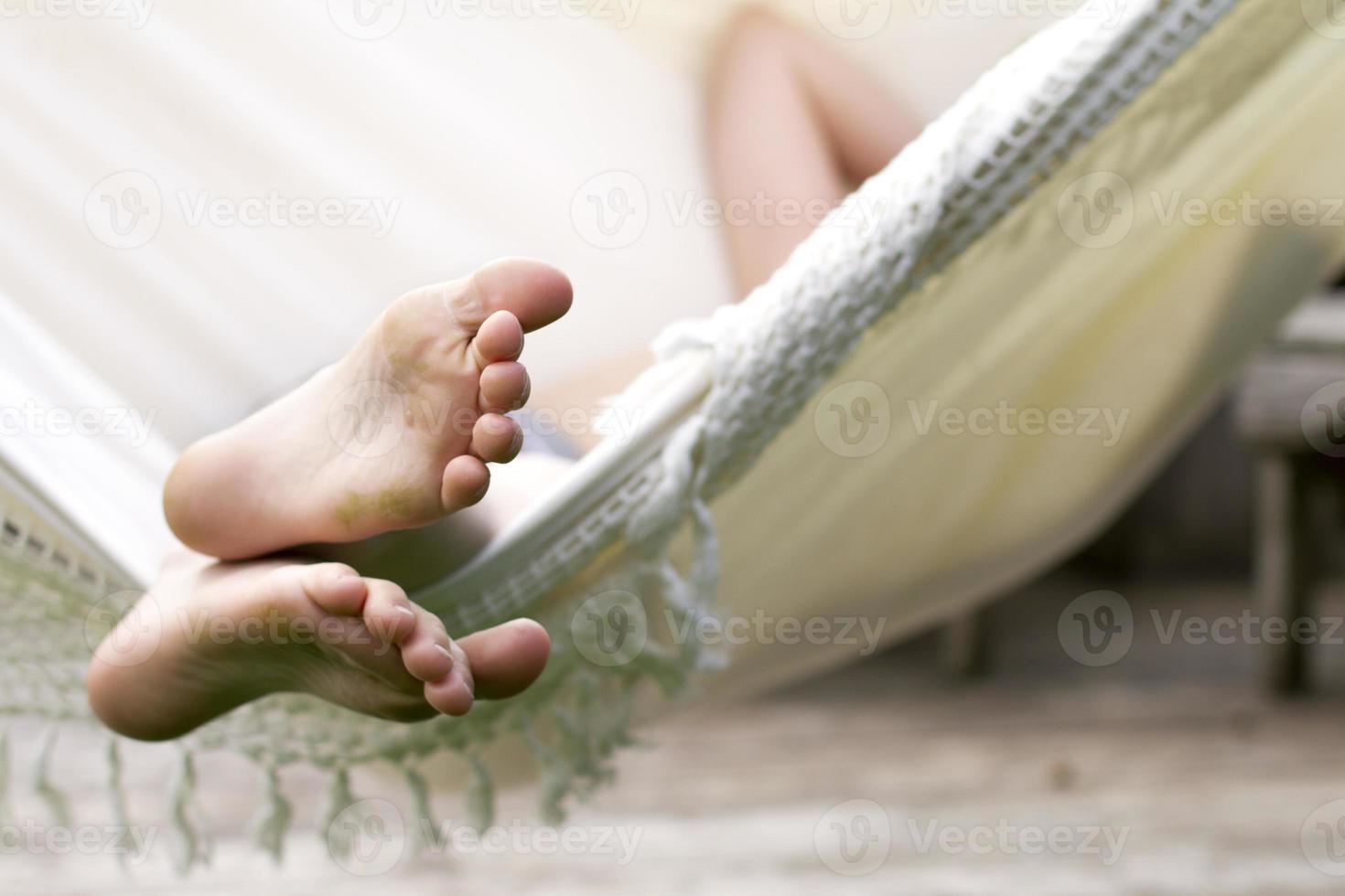 Kind entspannt sich in der Hängematte foto