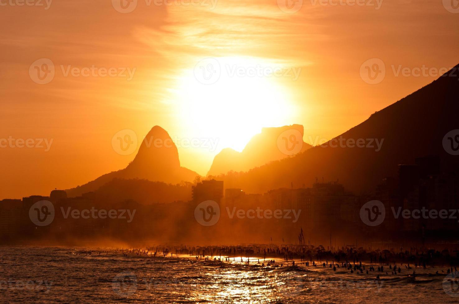 Sonnenuntergang hinter Bergen im Copacabana-Strand foto