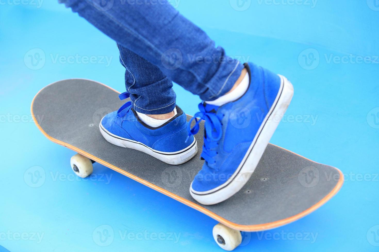 Beine in Turnschuhen auf Skatepark foto