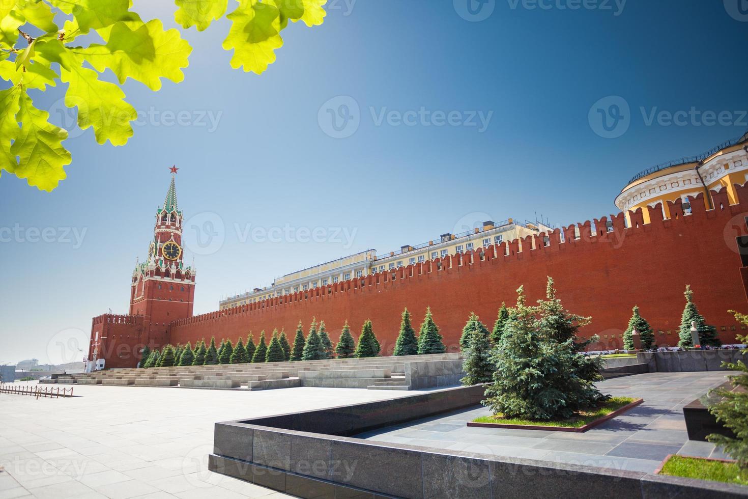 lange Kremlwandansicht mit Spasskaya-Turm foto