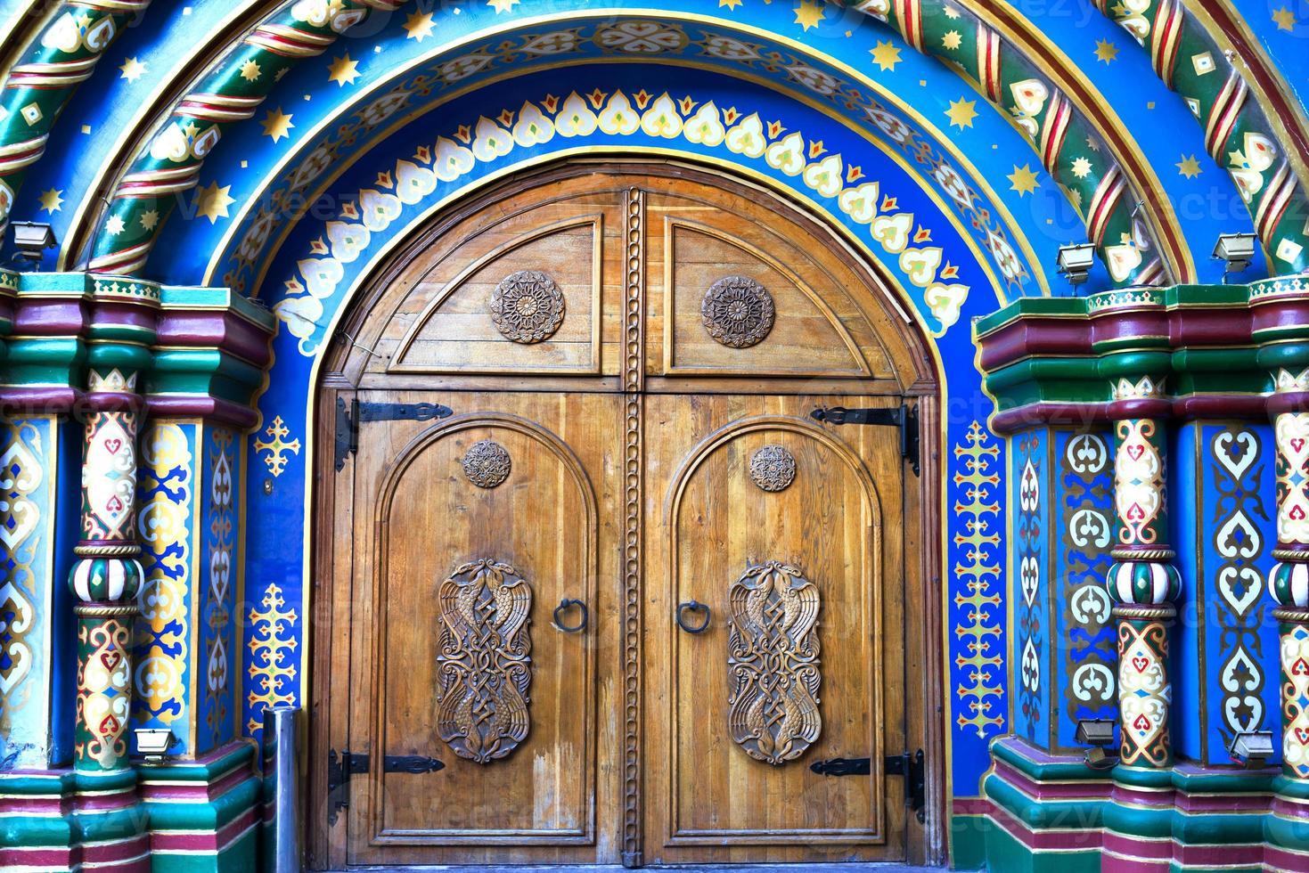 Moskau, Russland. Tür im alten russischen Stil foto