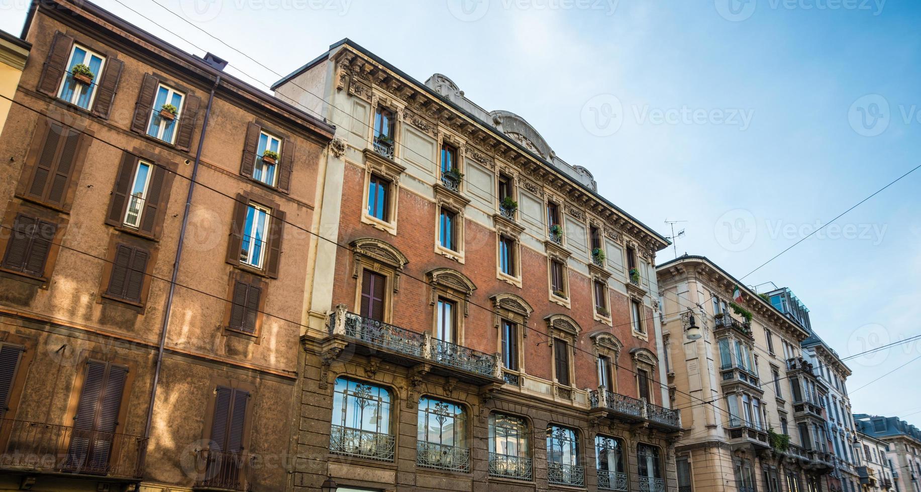 Straßenblick mit alten schönen Mehrfamilienhäusern. foto