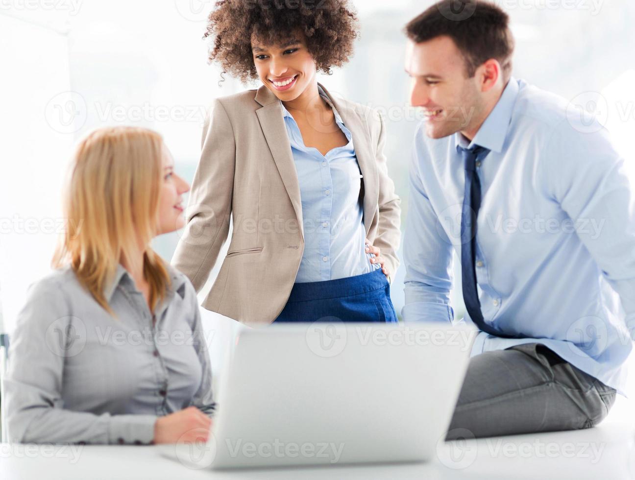 Geschäftsleute treffen sich am Tisch foto