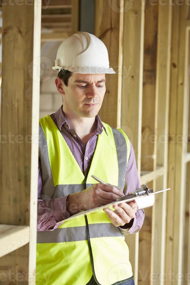 Bauinspektor, der neues Eigentum betrachtet foto