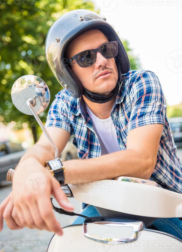 auf dem Roller fahren foto