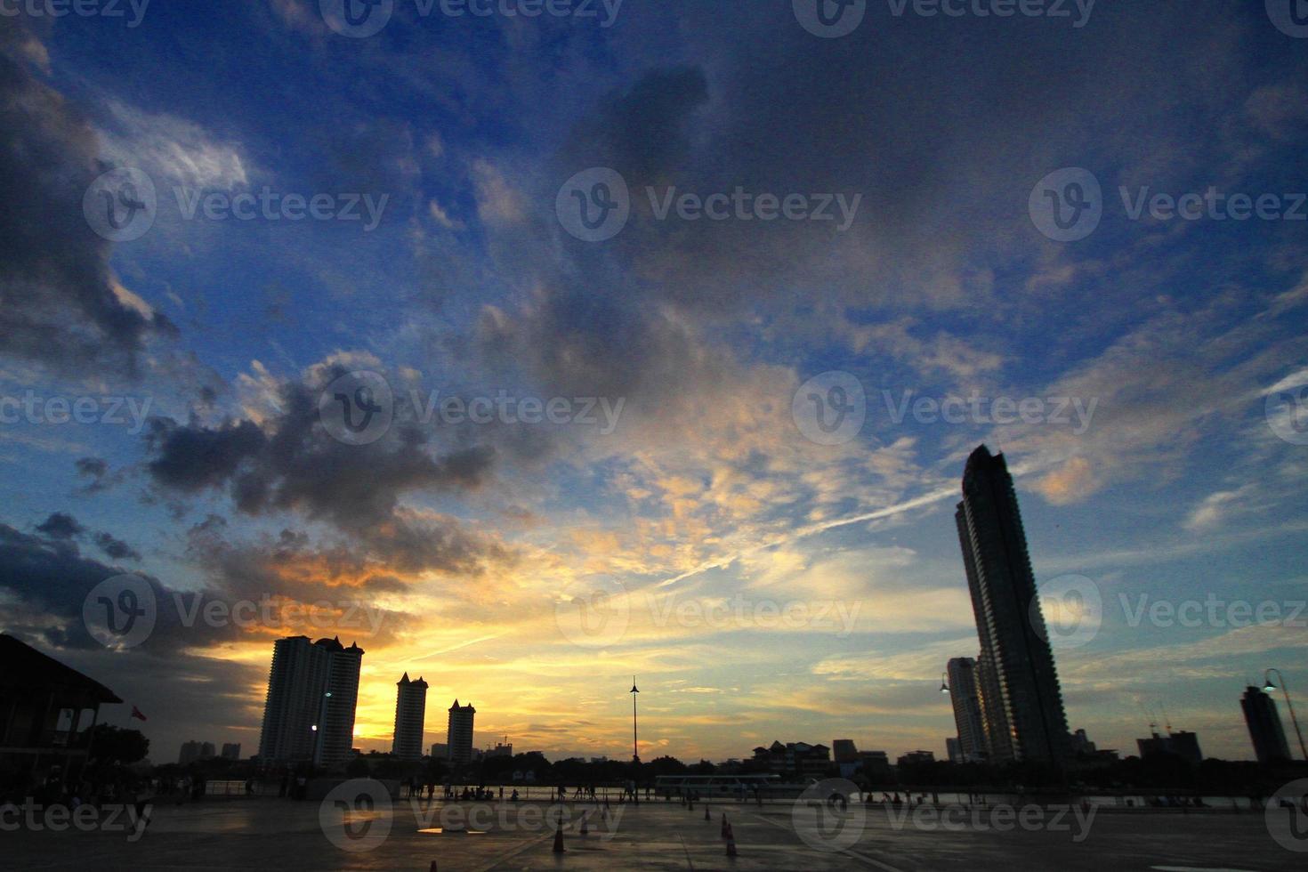 Sonnenuntergang auf dem Bürgersteig foto