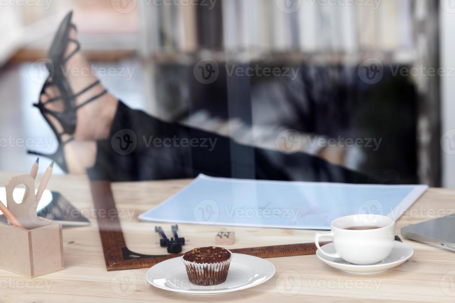weibliche Beine auf dem Tisch foto