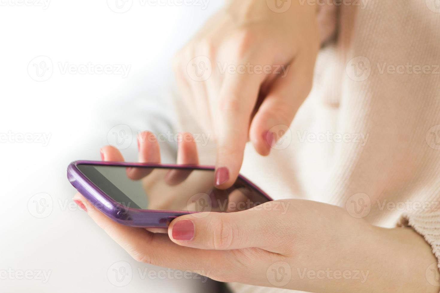 weibliche Hände mit Handy foto