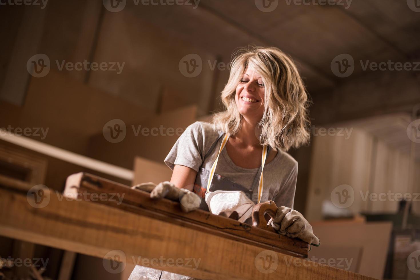 weibliches Carpeentere bei der Arbeit foto