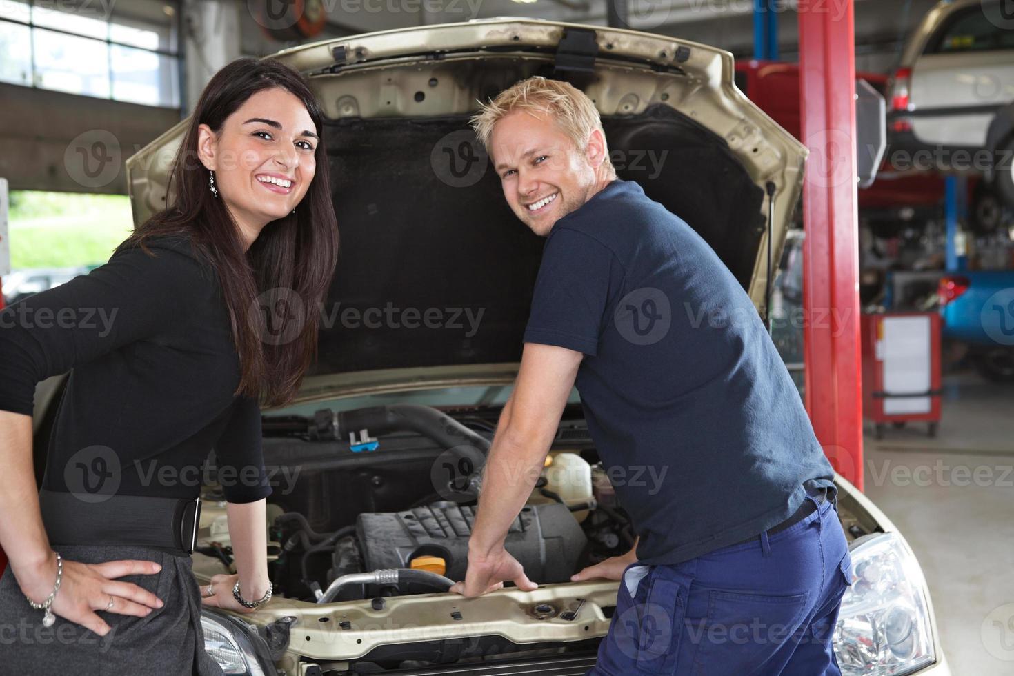 Kundin mit Mechaniker foto
