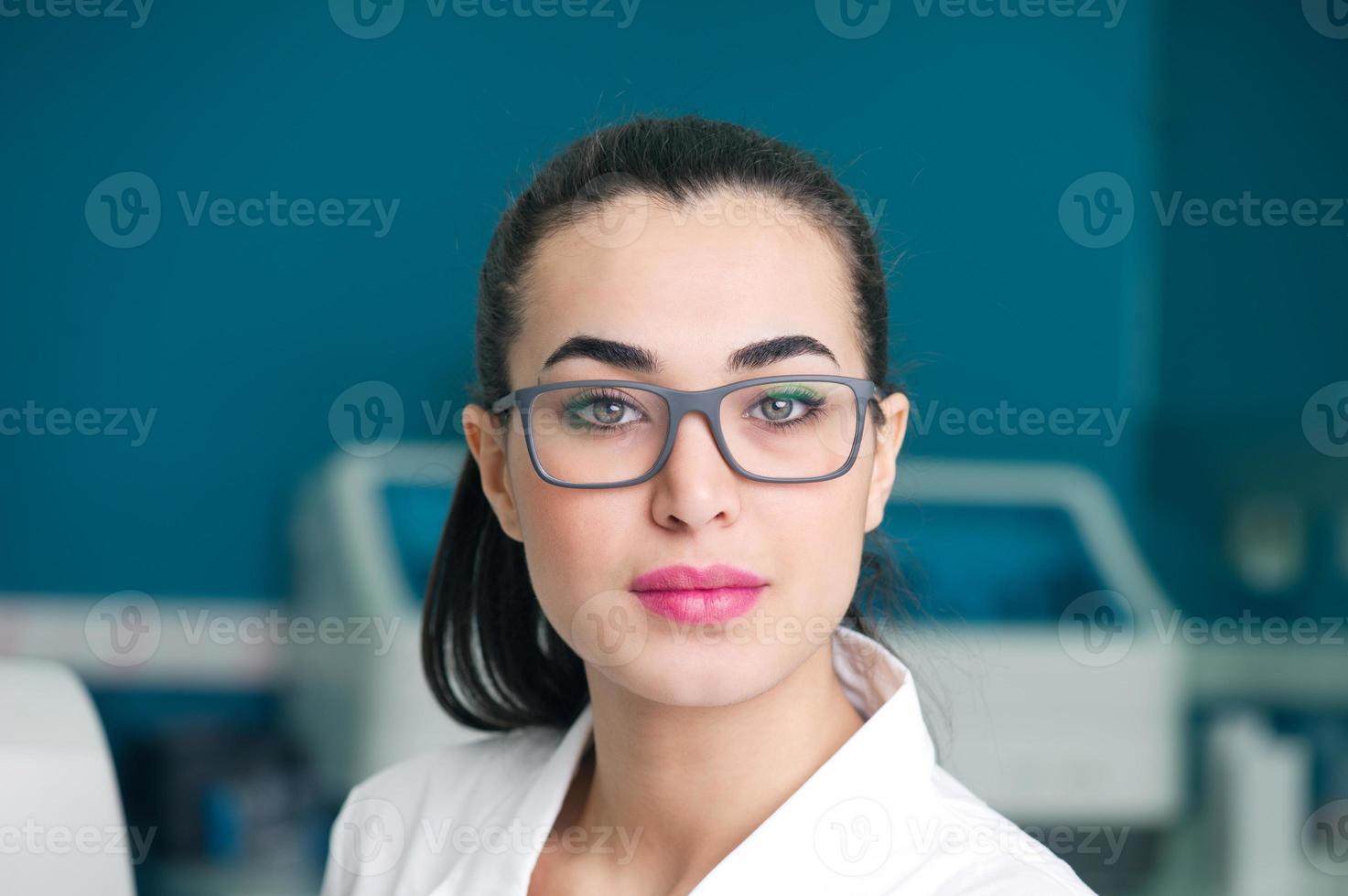 Ärztin im Labor foto