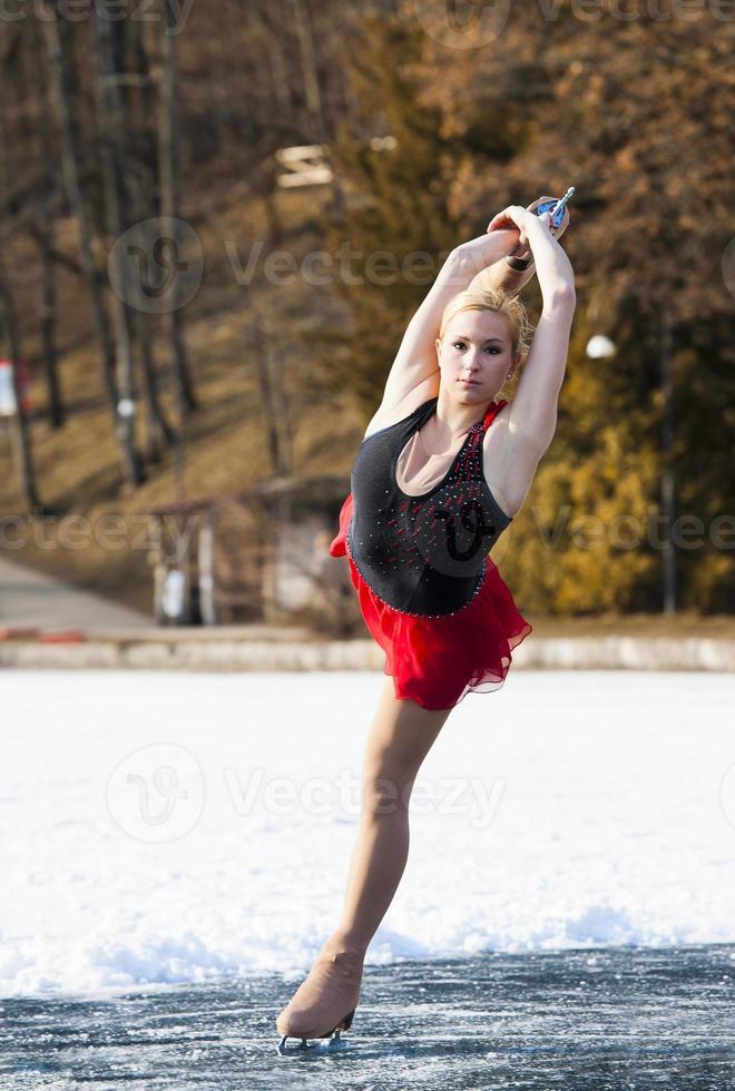 attraktives weibliches Eislaufen foto