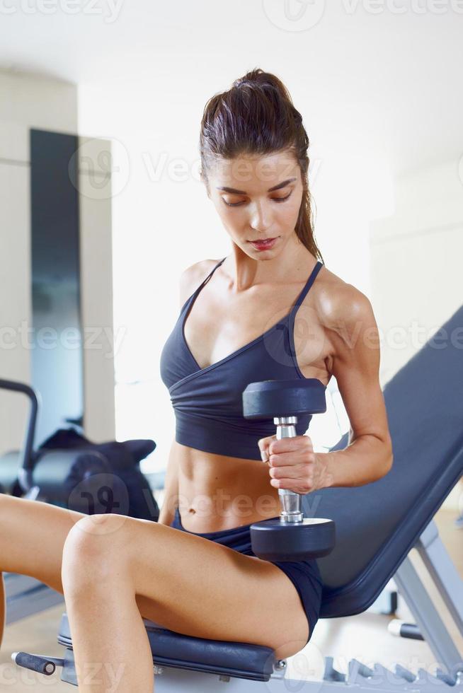 Frau im Fitnessstudio d foto