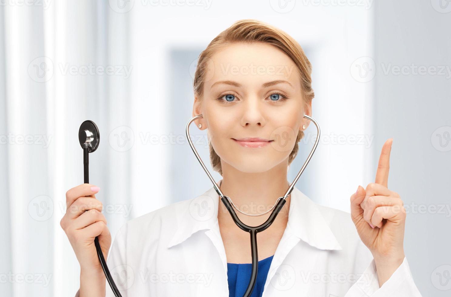 attraktive Ärztin mit Stethoskop foto