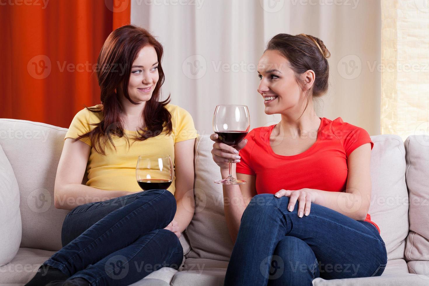 Freundinnen, die Wein trinken foto