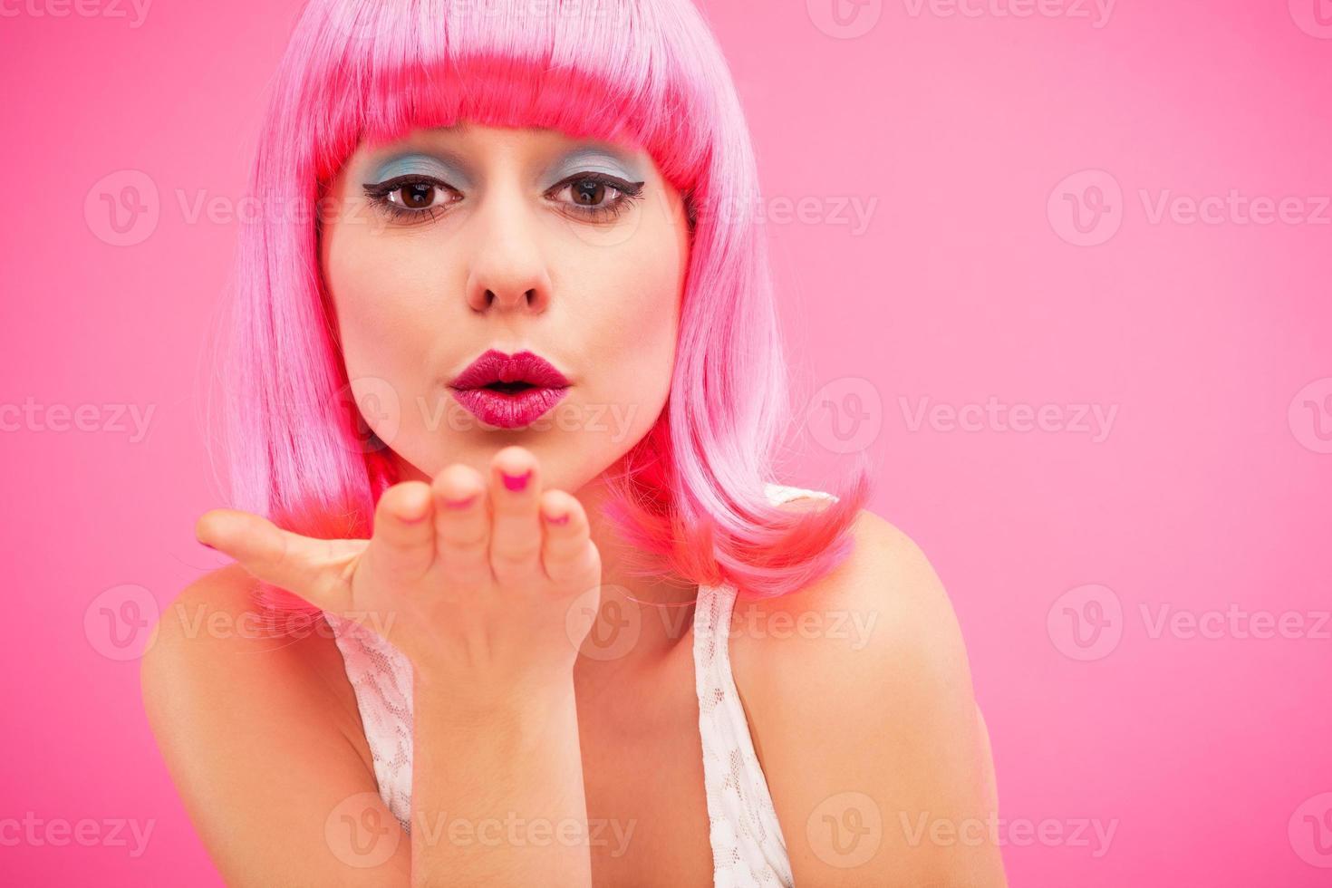 junge Frau bläst Kuss foto