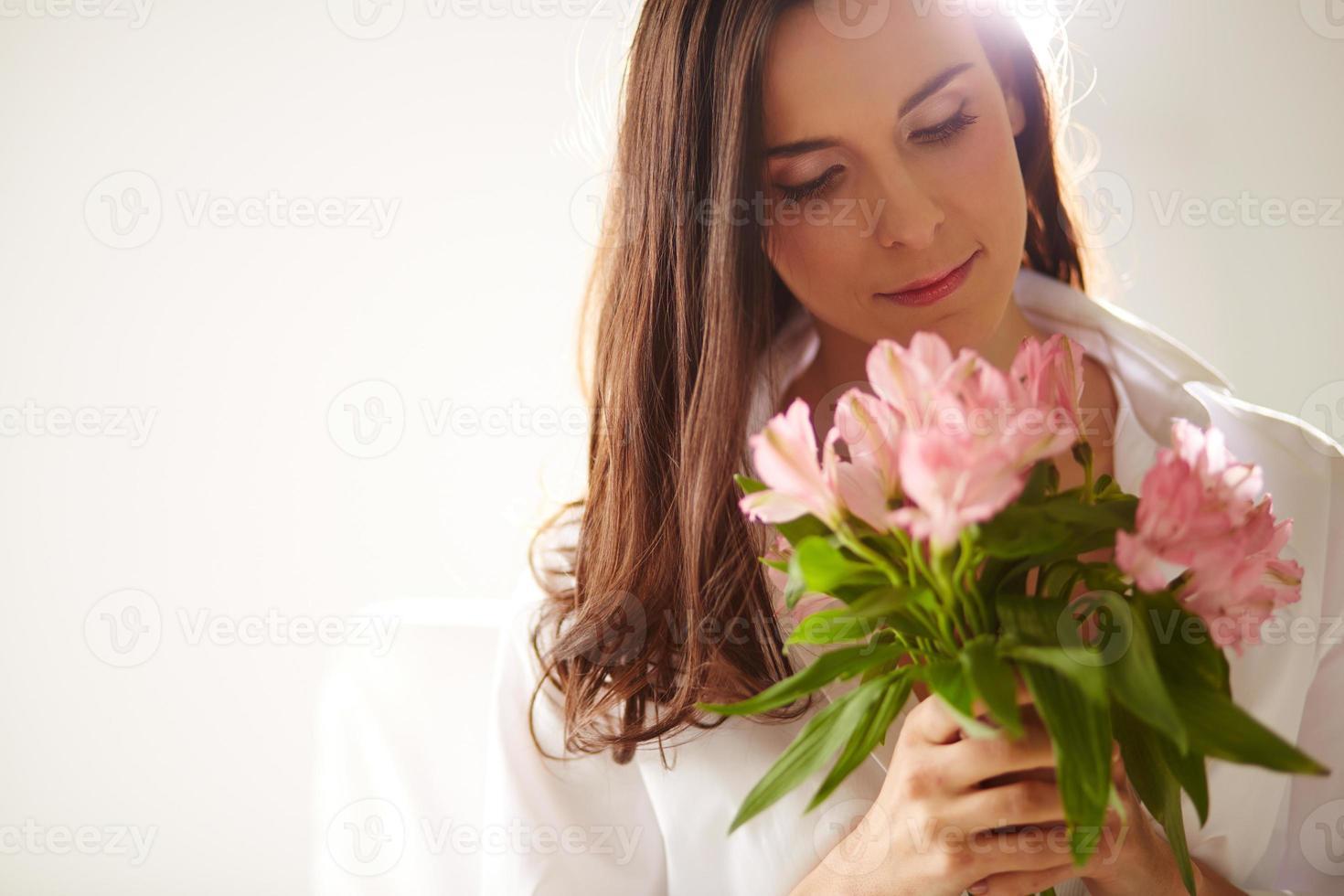 weiblich mit rosa Blüten foto