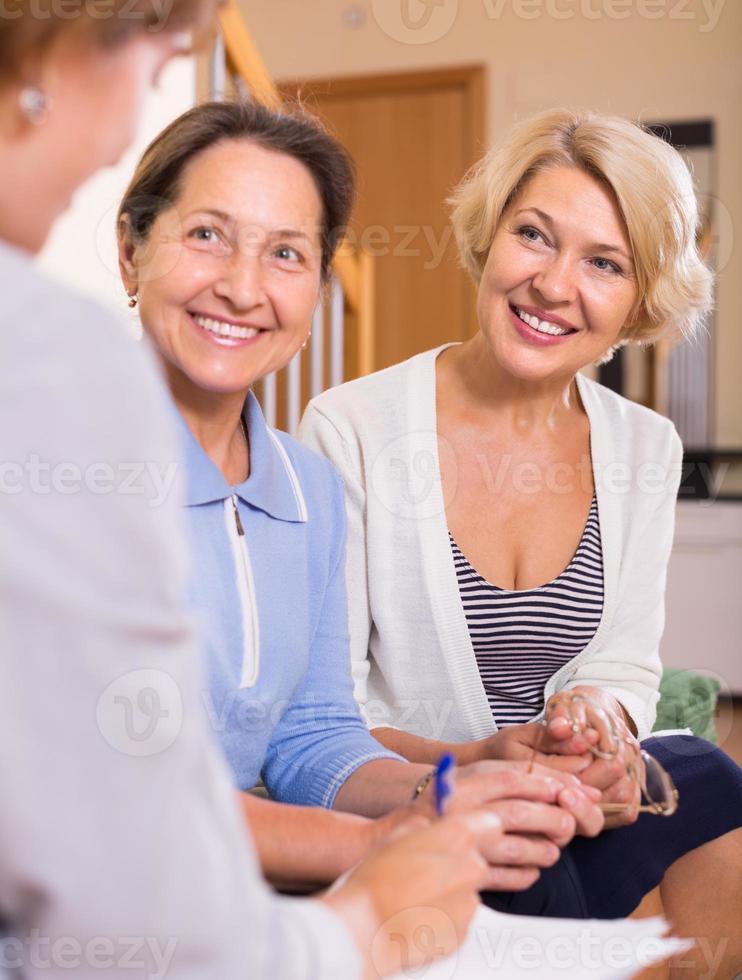 Rentnerinnen mit öffentlichem Notar foto