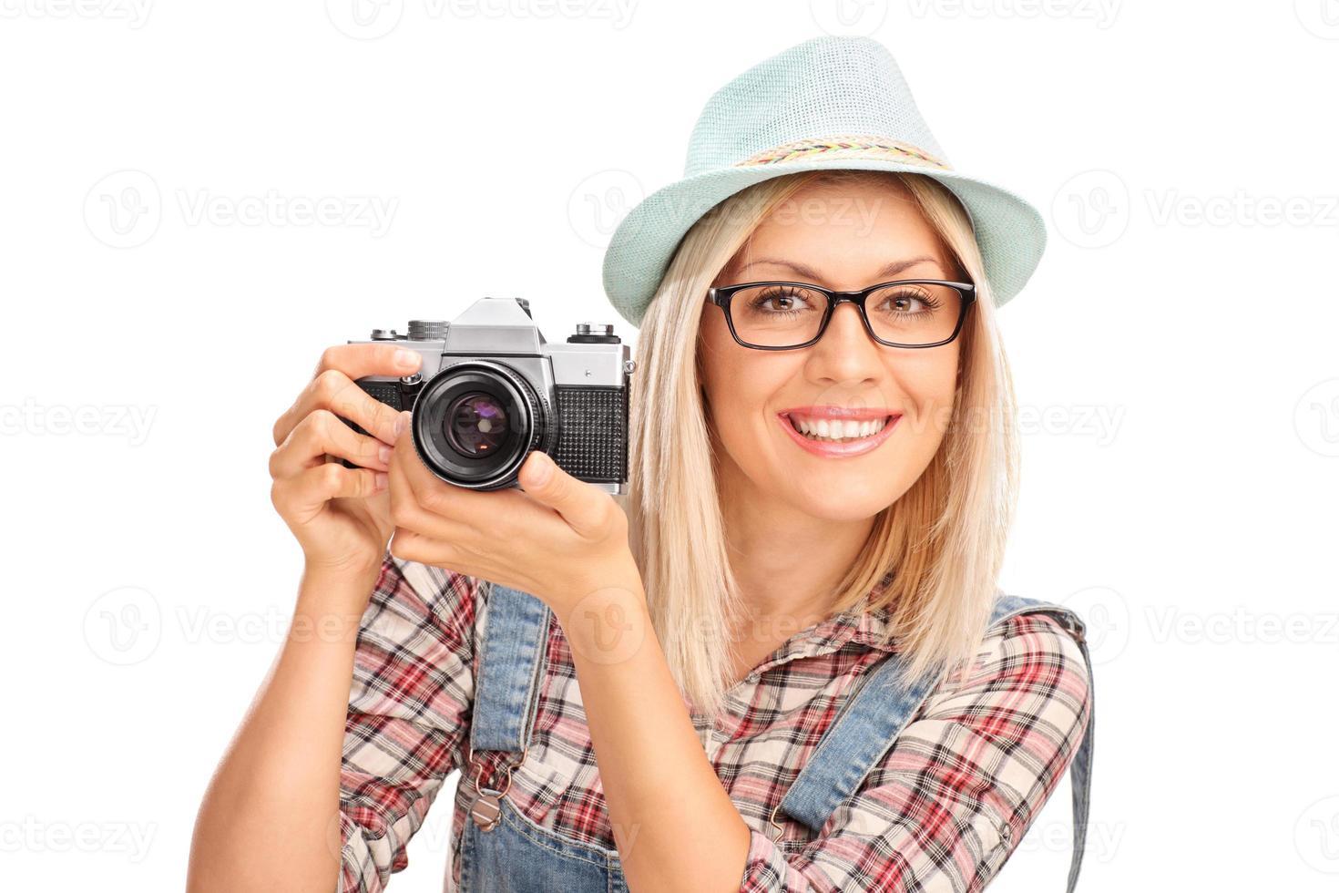 Fotografin, die eine Kamera hält foto