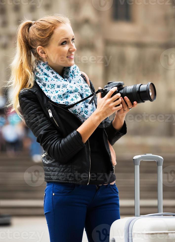 junge weibliche Reisende mit Kamera foto