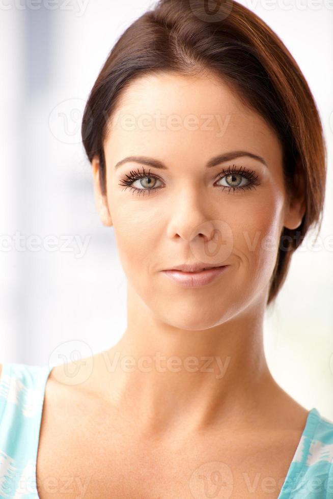 Nahaufnahmeporträt der attraktiven Frau foto