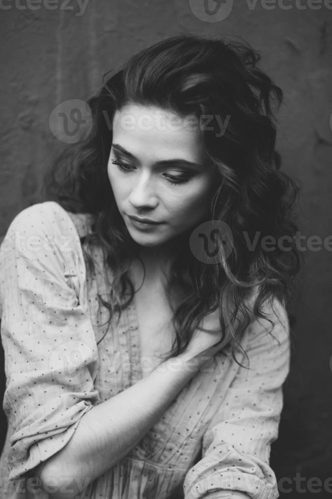 weibliches Straßenporträt des lockigen Haares foto