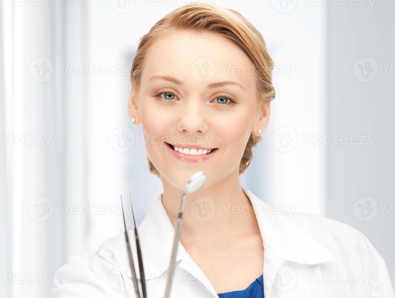 attraktive Zahnärztin mit Werkzeugen foto
