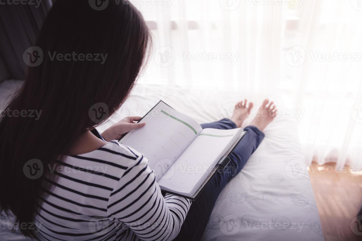 weibliche Hände halten geöffnetes Buch foto