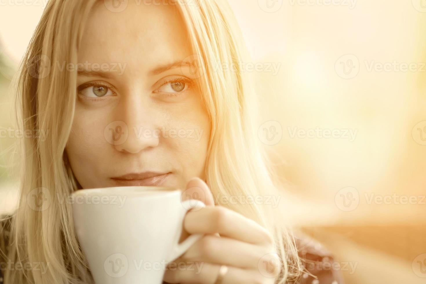 Frau trinken Kaffee unter Sonnenlicht foto