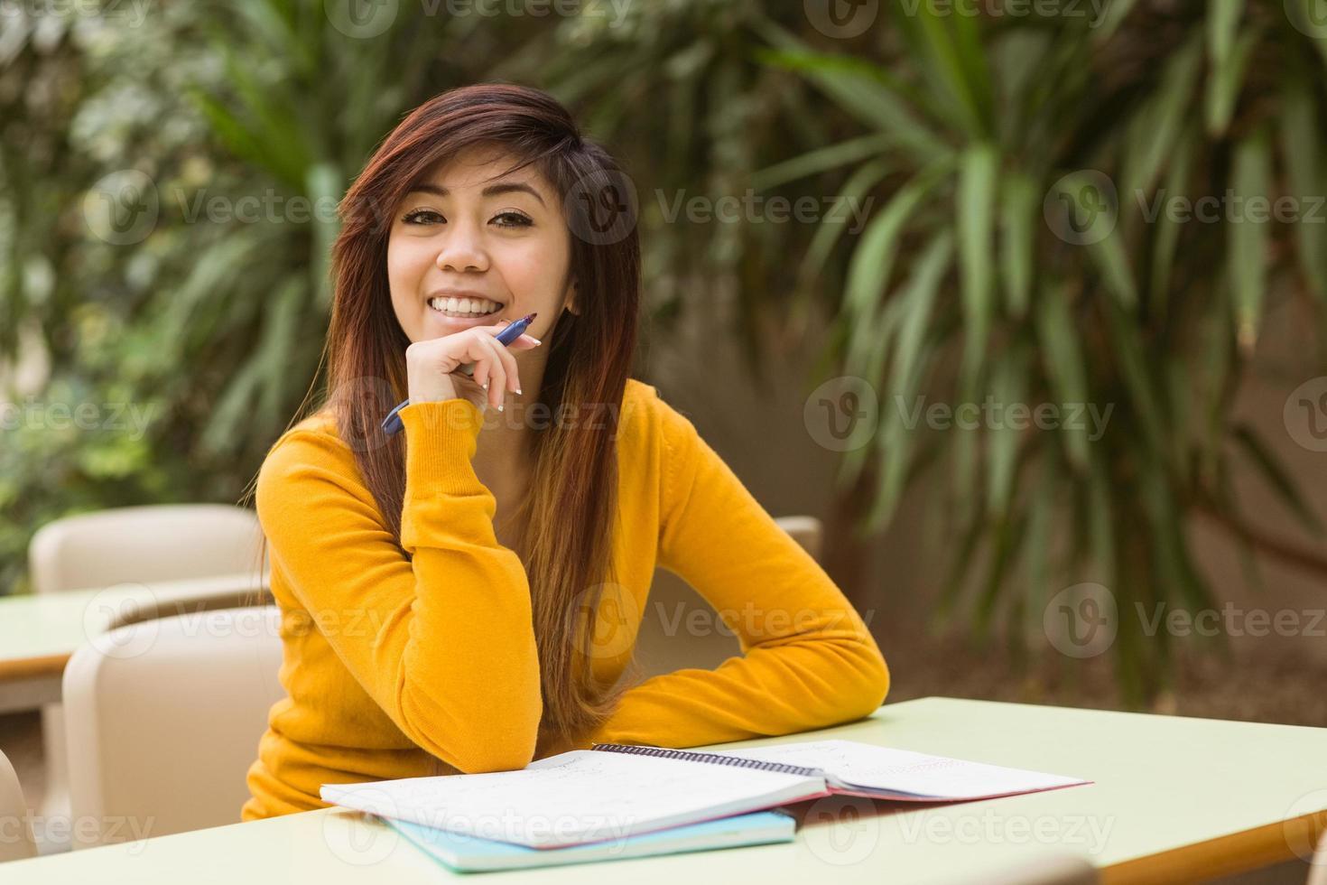 Studentin macht Hausaufgaben foto