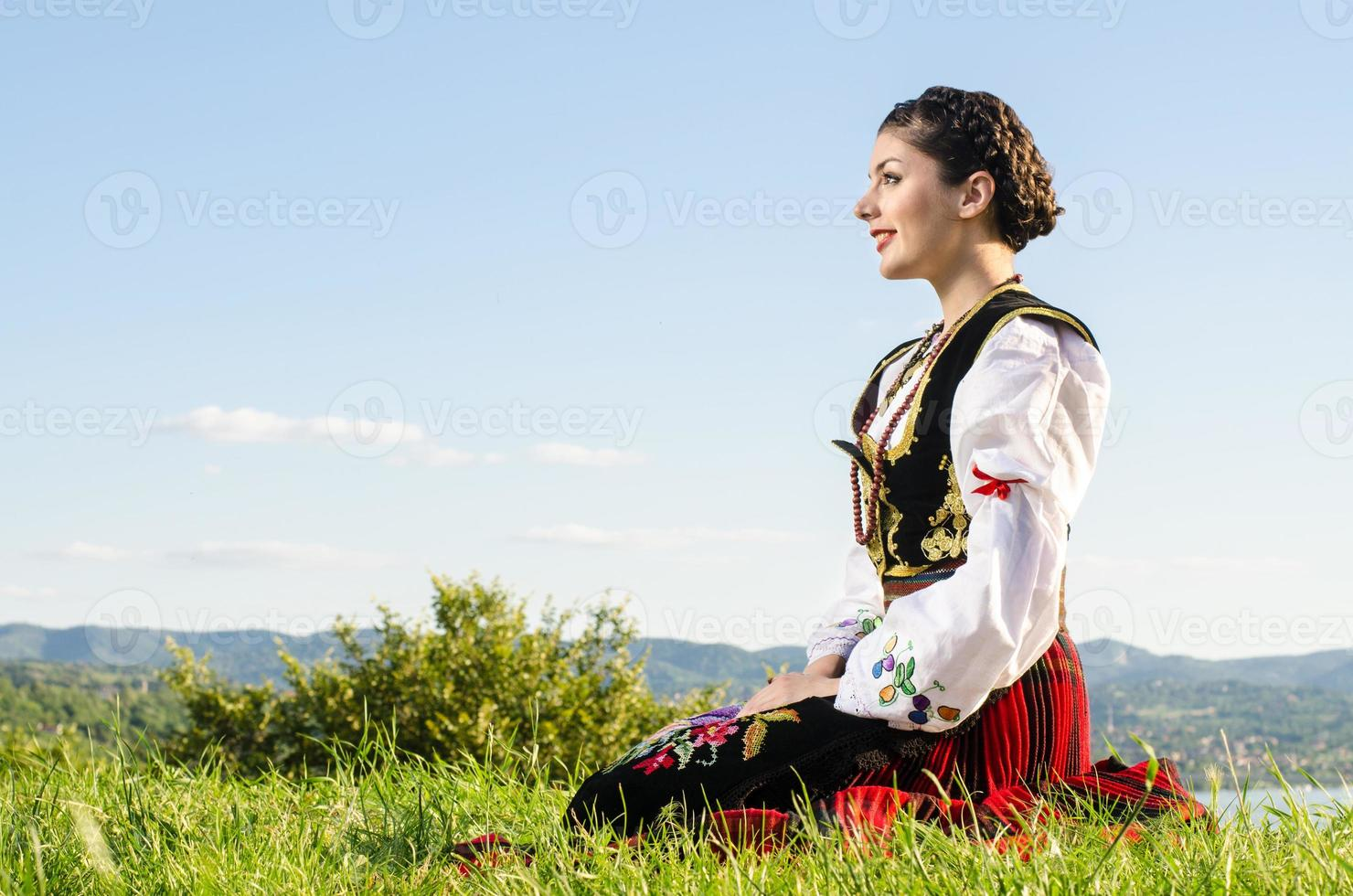 Frau, die traditionelle serbische Kleidung trägt foto