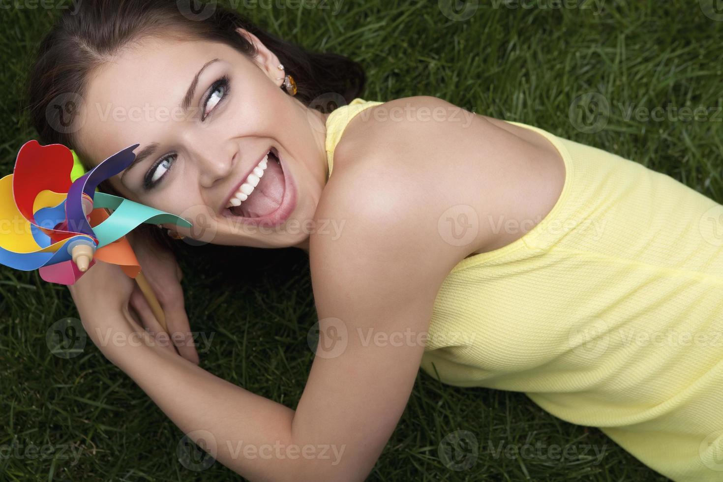 junge Frau, die ein Windrad hält foto