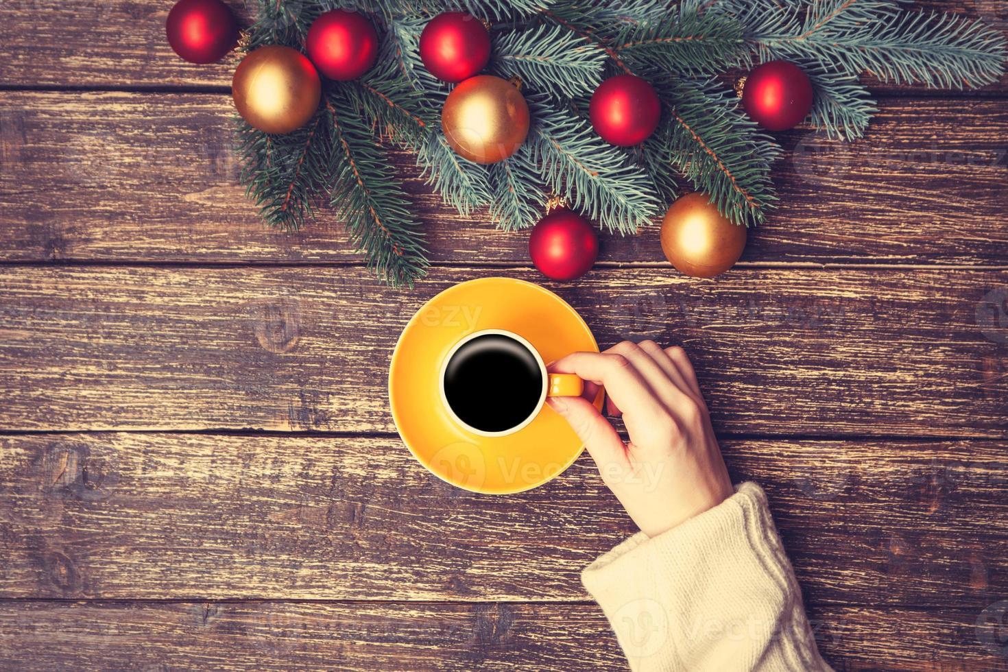 Frau hält Tasse Kaffee foto