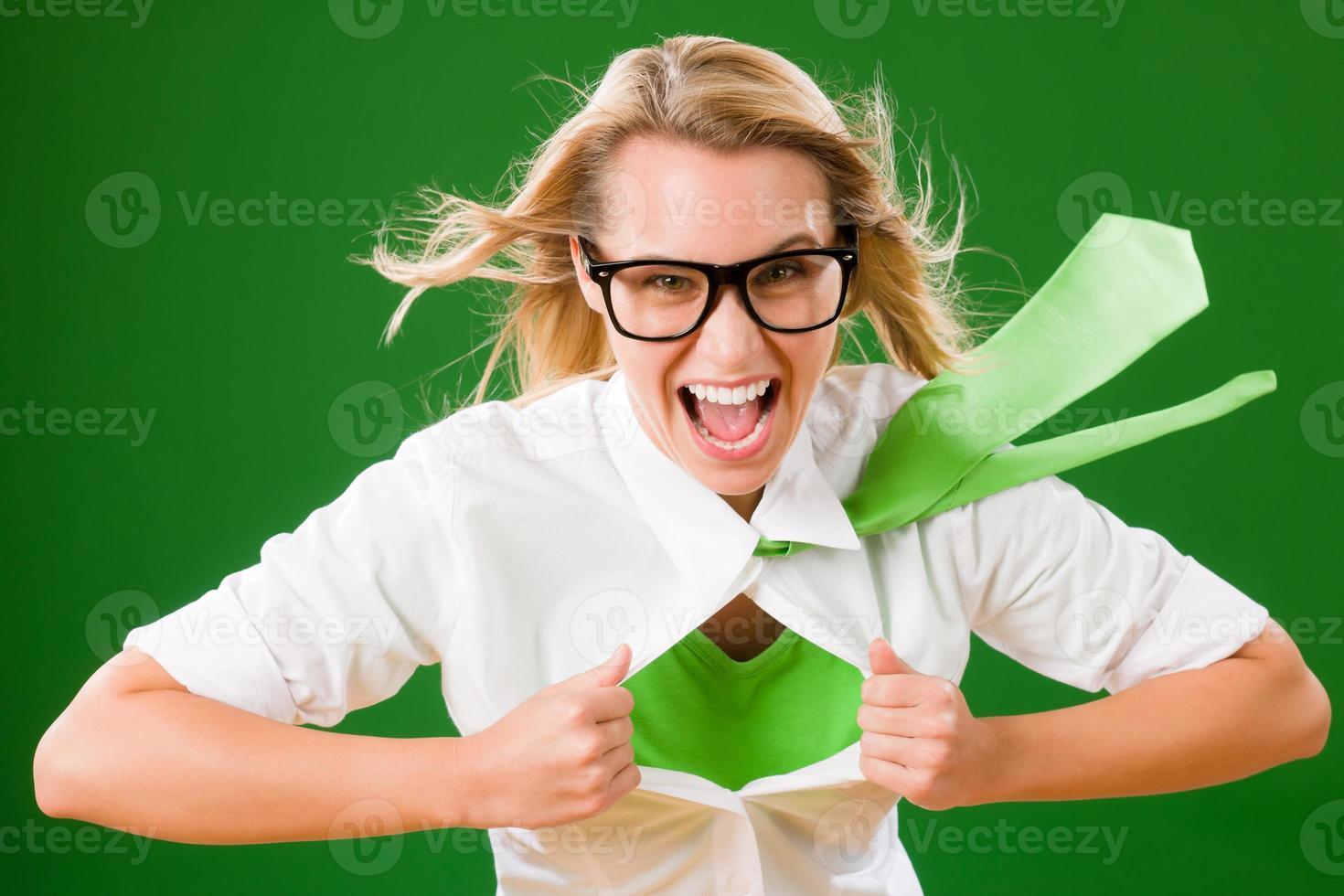 grüne weibliche Superheldin enthüllt Verkleidung foto