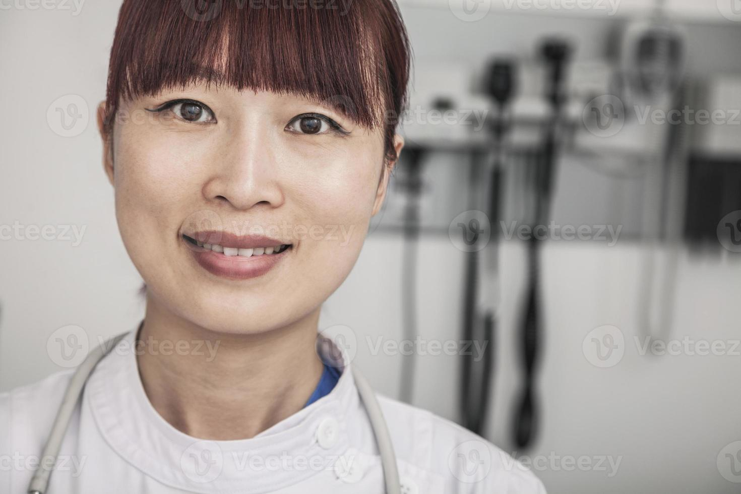 Porträt der lächelnden Ärztin foto