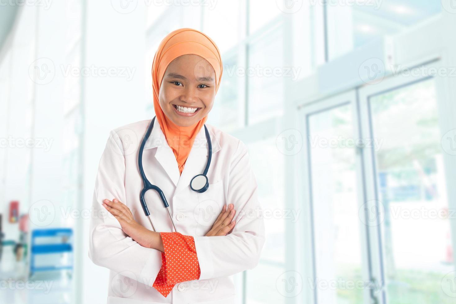 muslimische Ärztin im Krankenhaus foto