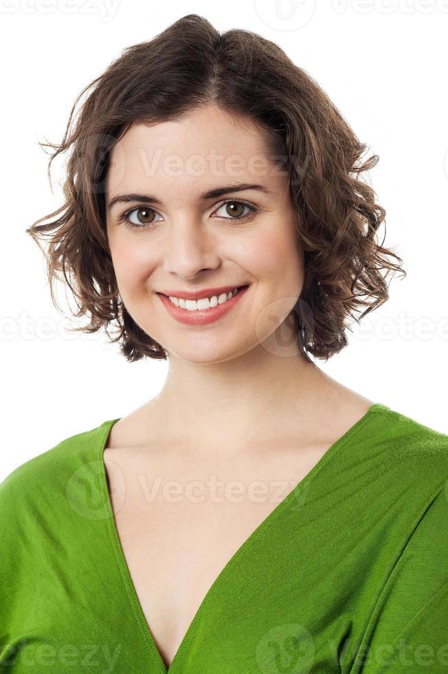 hübsches junges lächelndes weibliches Modell foto