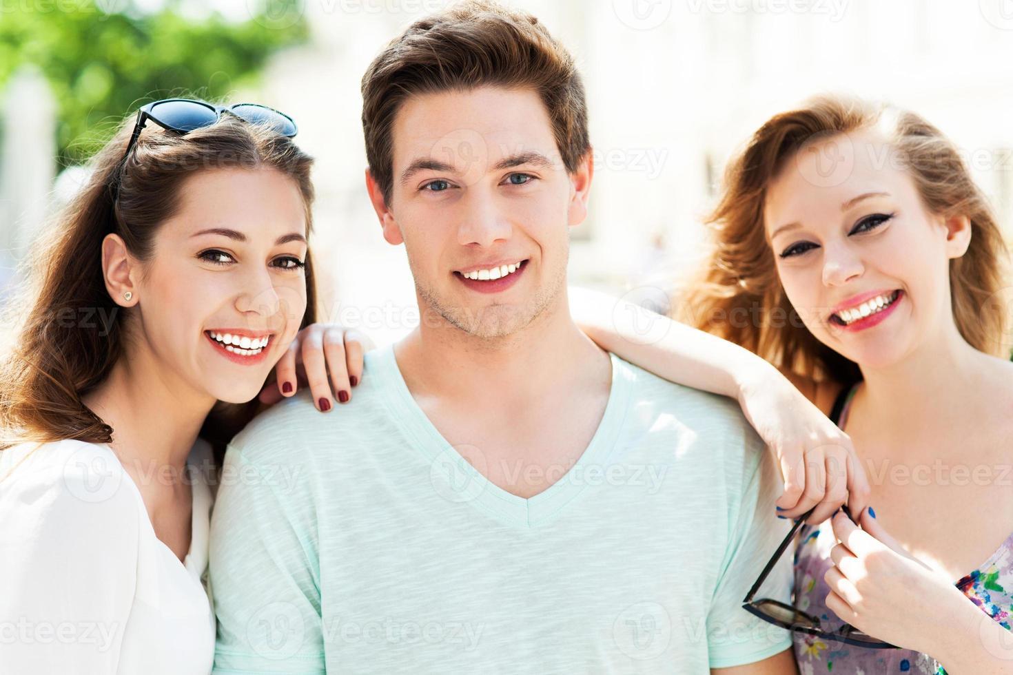 junger Mann mit zwei Freundinnen foto