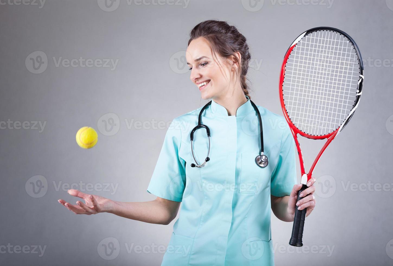 Ärztin mit einem Tennisschläger foto
