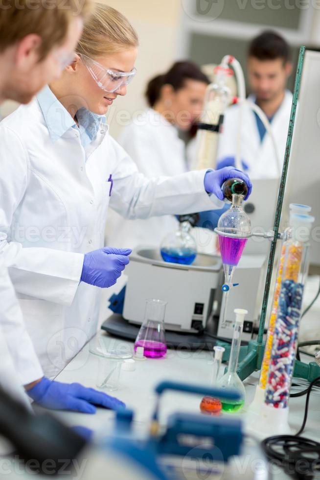 Chemikerin macht Experiment im Labor foto