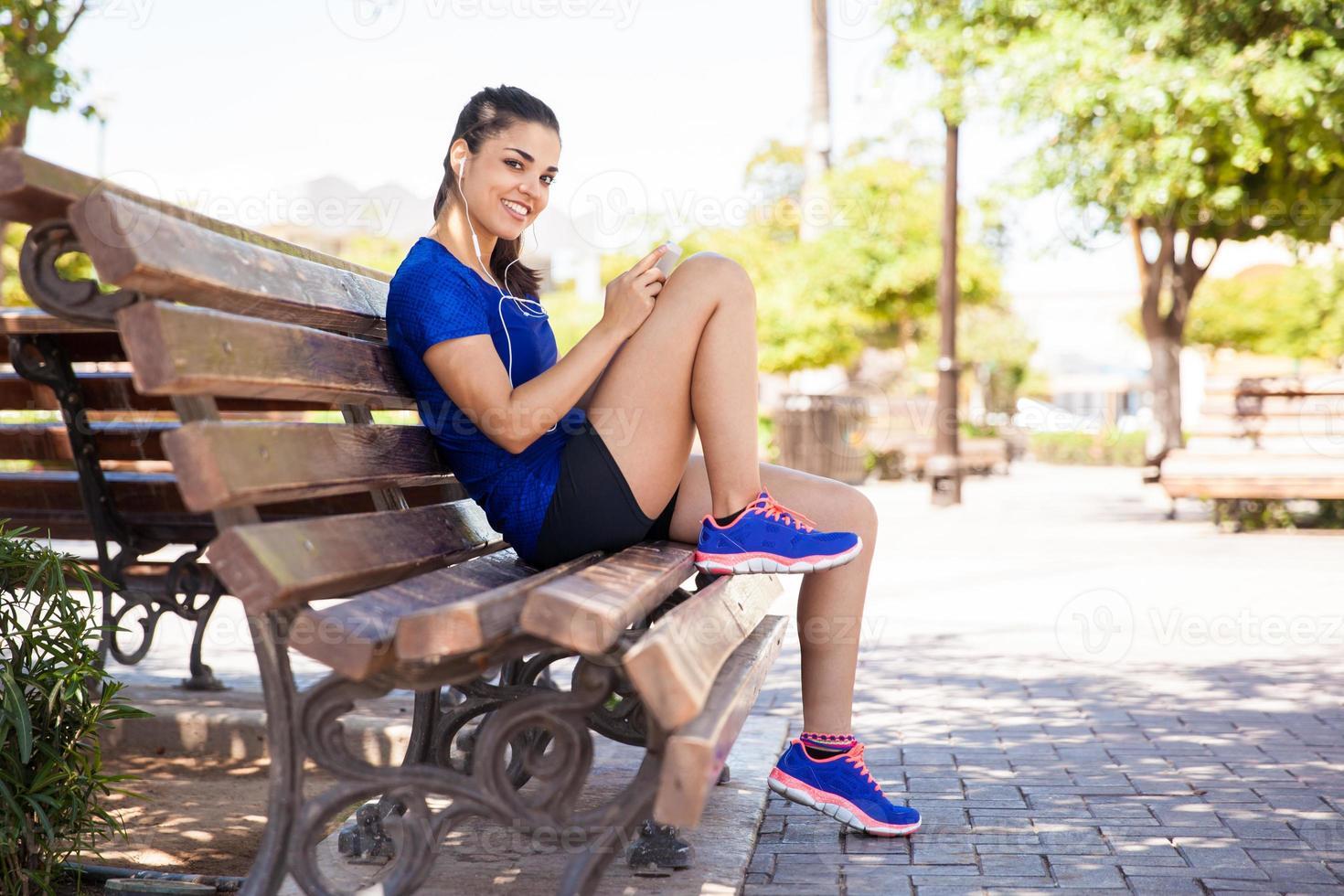 glücklicher weiblicher Läufer in einem Park foto