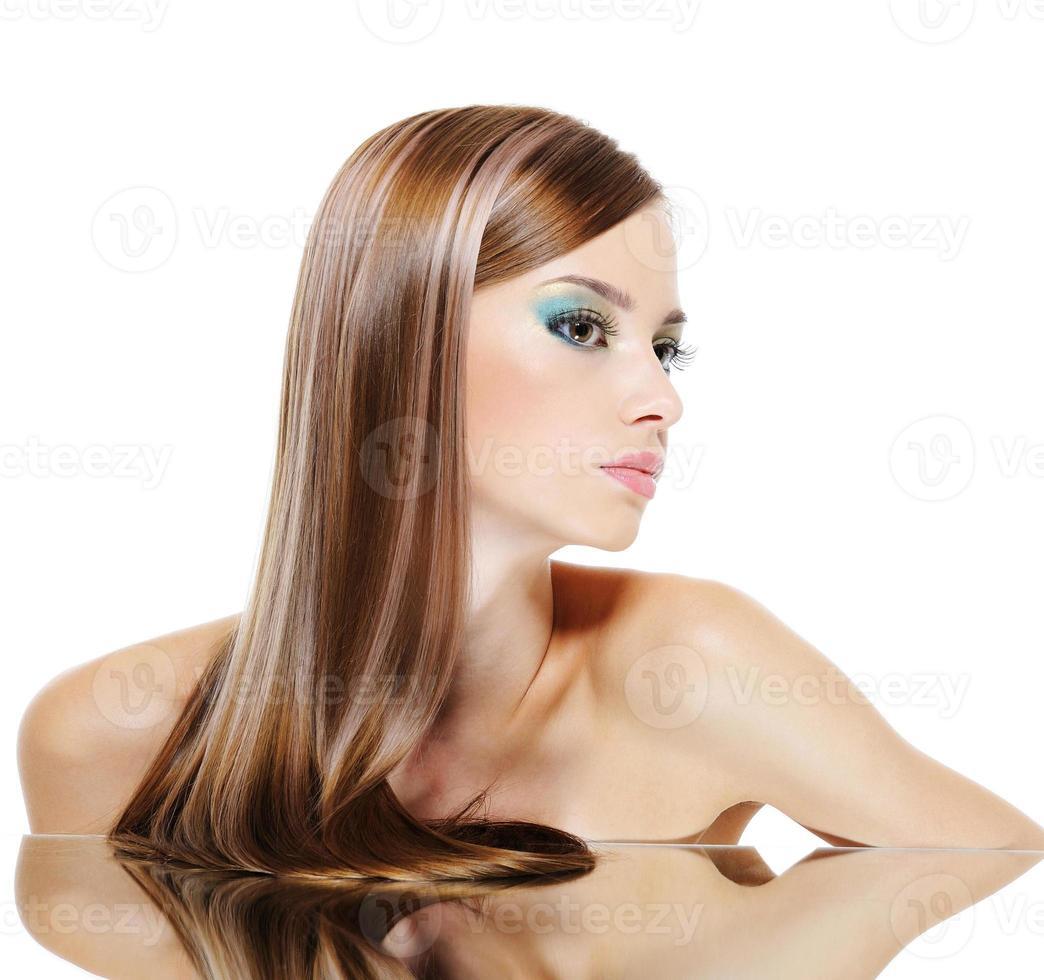 Profil weibliches Gesicht mit gesunden Haaren foto